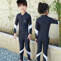 Детский гидрокостюм с белими полосками.