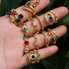 Женское летнее радужное кольцо с красивыми камнями