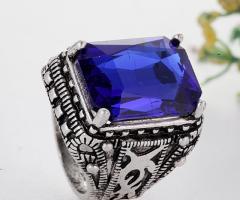 Готичиское винтажное мужское кольцо с красивым камнем.