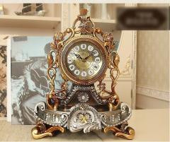 Красивые старинные настольные часы.