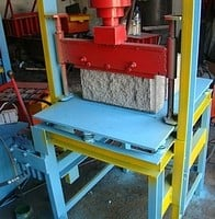 Guillotine hydraulic for production of chipped