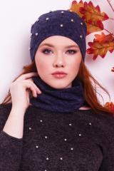 Женская шапка с жемчугом и снуд синего цвета от