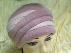 Женская шапка с выпуклым украшением цвет розовый
