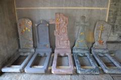 Пам'ятники й прикраси надгробні з каменю