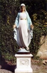 Статуя Богородицы из белого бетона, высота 180 см. Основа 45 см на 43 см. Вес 300 кг.