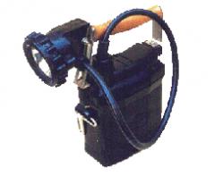 Светильник СВГ2-Т: встроенное зарядное устройство, питающееся от сети ~220 В, 50 Гц, индикация заряда аккумуляторной батареи, возможность фокусировки светового луча, используется галогенная лампа 6,5 Вх0,7 А