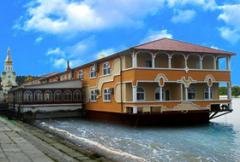 Floating restaurants and hotels