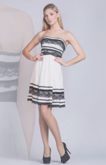 Платье декорировано гипюровыми лентами. Артикул: