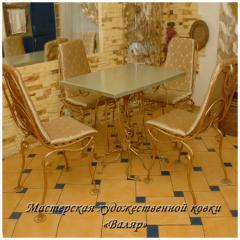 Кованая мебель: кованый стол, кованые стулья.