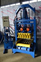 Vibrating press for production of paving slabs,