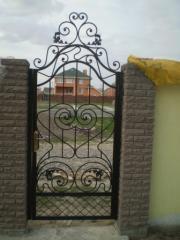 Gates are entrance, garden, shod, a professional