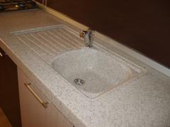Столешница для кухни с литой мойкой (бело-серый