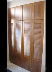 Portas de venezianas de madeira