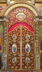 Фрагмент центральной части иконостаса с Царскими Вратами, колоннами и надвратием