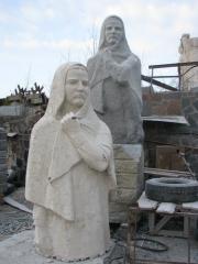 Красивая скульптура из гранита