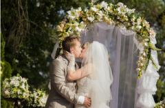 Свадебная арка из цветов и зелени