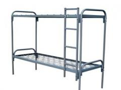 Кровать двухъярусная металлическая с лестницей