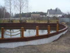 Дубовые колья для укрепления берега и создания декорации вокруг водоема.Мостики, надводные беседки, лестницы для входа в воду