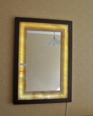 Зеркало с рамой из медового оникса подсвеченное