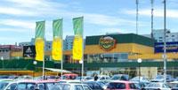 Флаги возле магазинов и торговых центров