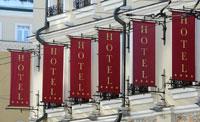 Флаги возле гостиниц и отелей