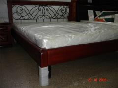 Кровать из массива с кованой спинкой обрамленной