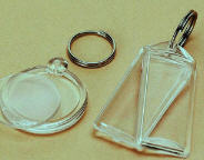 Брелки с изображением логотипа компании.