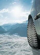 Los neumáticos para el viaje por la nieve, los