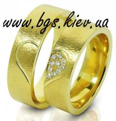 Wedding ring from yellow gold with diamonds,