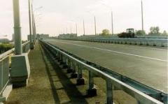 Ограждение дорожное и мостовое барьерного типа.