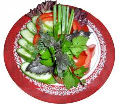 Ассорти из свежих овощей свежие помидоры, огурцы,