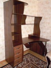 Стол компьютерный с полочками угловой