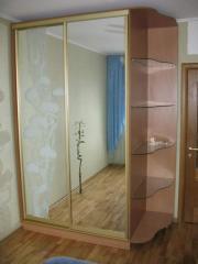 Шкаф-купе зеркальный стеклянные полки