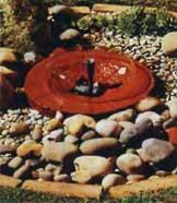 Фонтан с камнем хорошо смотрится среди плит и