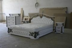 Кровать из натурального дерева с художественной