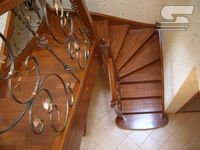 Лестница деревянная с кованным ограждением