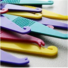 Пластиковый крючок для надевания эластиков