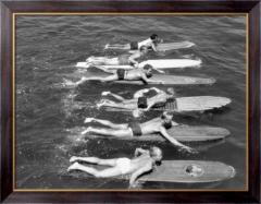 Картина Мужчины плывут на досках для серфинга,