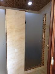 Door in shower of matirovanny glass