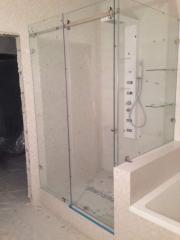 Душевая кабина с раздвижной дверью и противокапельным порогом стеклянная