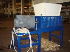 Compact crusher for wood waste utilization