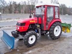 Трактор с коммунальным оборудованием на базе