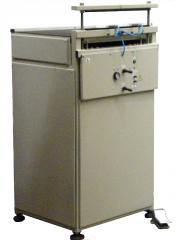 Packing machine with pumping of air from packaging