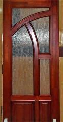 Двери из натурального дерева.