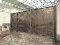 Gate and gate with forging elements from the