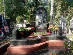 Мемориальный комплекс с закругленным...