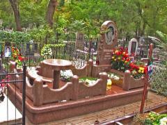 Мемориальный комплекс из коричневого гранита...