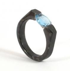 Карбоновое обручальное кольцо с топазом
