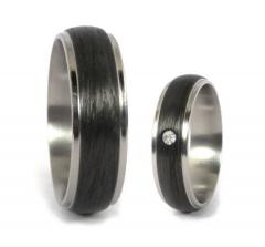 Необычная пара обручальных колец из карбона и