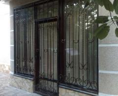 Кованная решетка на окно с дверью